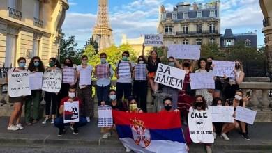 """Photo of """"TI SI KOVID SRBIJE"""": Srpski studenti u Parizu dočekali Vučića"""