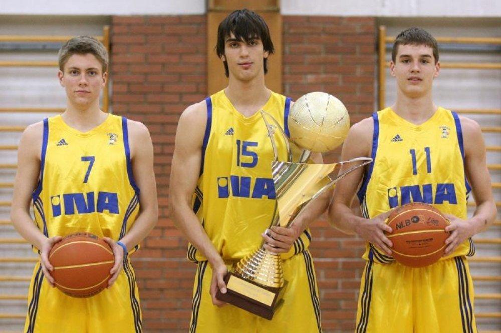 Mavra, Saric y Mario Hezonja tras ganar la Euroleague