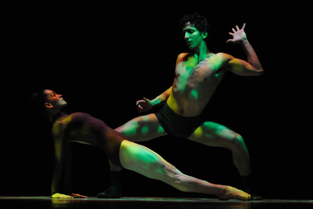 Rodrigo Almarales también mostró credenciales como coreógrafo. Su Chor. No. 2, interpretado con Adiarys Almeida, fusiona la base clásica con movimientos de transgresora figuración. Interesante diseño de luces. Foto: Yuris Nórido