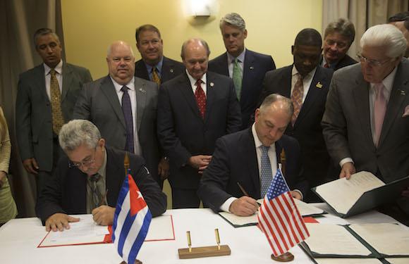 Firma de Memorando de entendimiento entre el Estado de Louisiana y Cuba. Por la parte cubana firmó Manuel Fernando Pérez Guerra, director general de la Autoridad Portuaria Nacional de Cuba, y el Gobernador John Bel Edwards, por la norteamericana. Foto: Tomada de Cubadebate