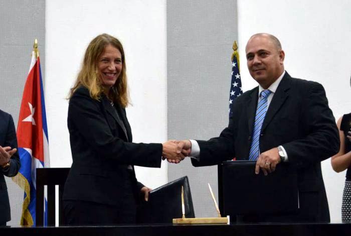 El ministro cubano de Salud, Roberto Morales Ojeda, y su homóloga estadounidense, Sylvia Burwell, firman Memorando de Entendimiento en el área de la salud. Foto: Tomada de Google