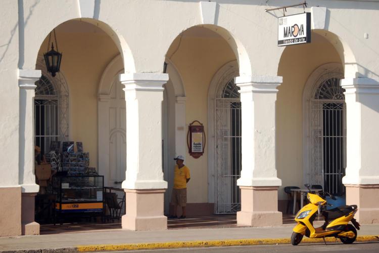 Fachada de la casa que perteneció a Tito Urrutia. Hoy es la sede del Fondo Cubano de Bienes Culturales (FCBC), en el corazón del Centro Histórico de Cienfuegos. / Foto: Barreras Ferrán