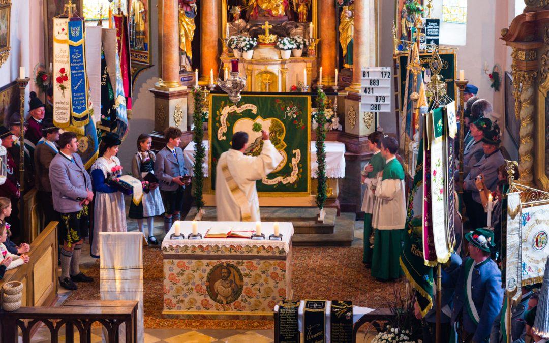 Fahnensegnung in der Kirche Roßholzen mit Fest im Moarhof