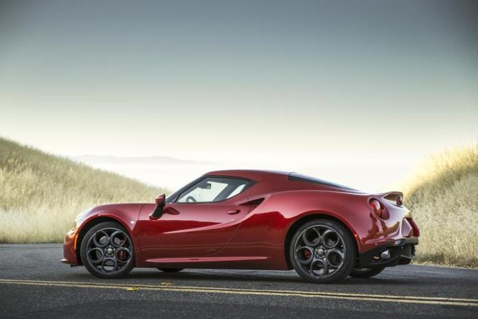 2015-alfa-romeo-4c-coupe-sideview-red