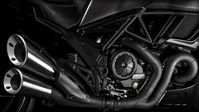 ducati-Diavel-Titanium_2015-engine