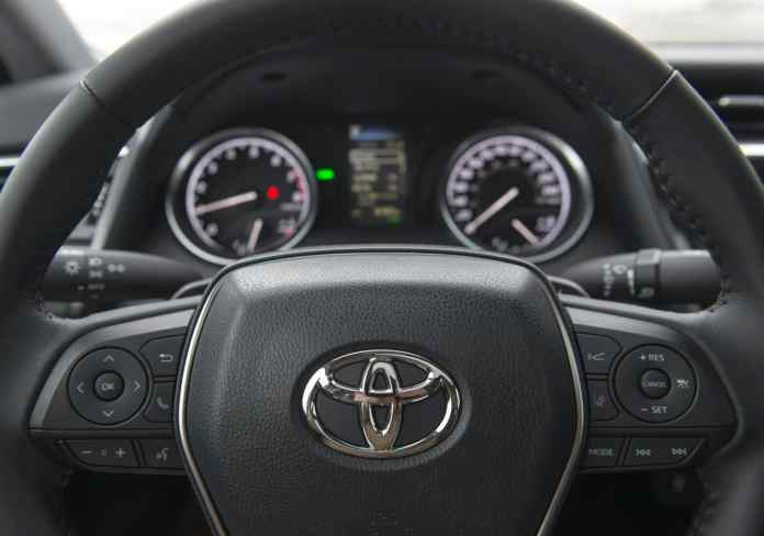 2018 toyota camry se review steering wheel gauges