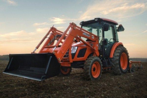 Tractor Kioti RX6620 con pala frontal y grada de discos.