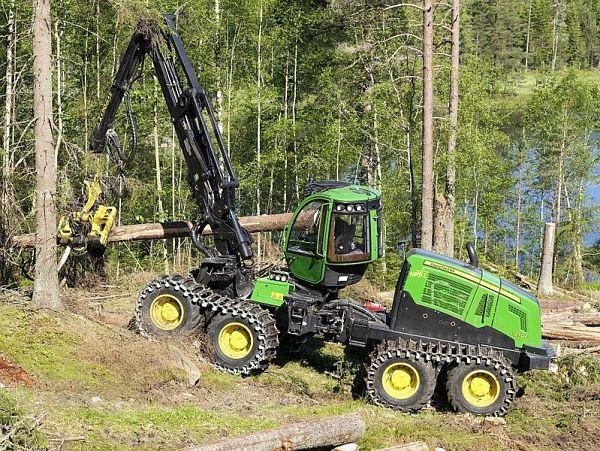 Tractor forestal articulado John Deere con procesadora