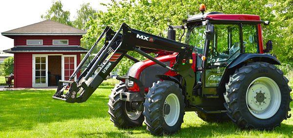 Tractor Valtra A83 con elevador delantero