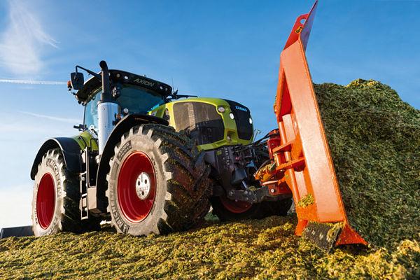 Tractor Claas Axion 900 con Pala delantera