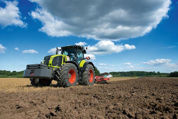 Tractor Claas Axion 900 labrando