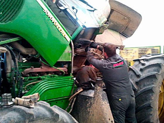 Mecánico inspeccionando el tractor