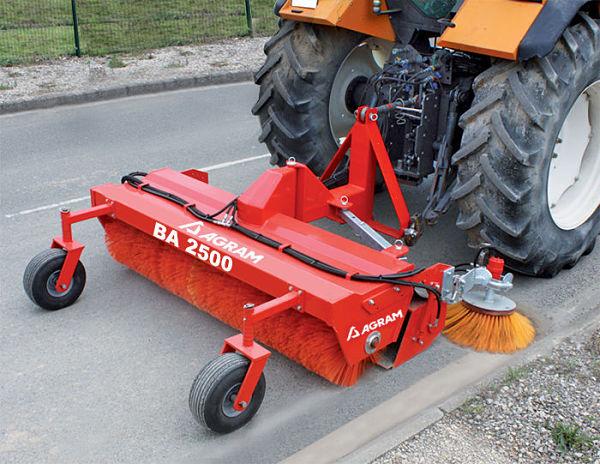Toma de fuerza del tractor con barredora acoplada