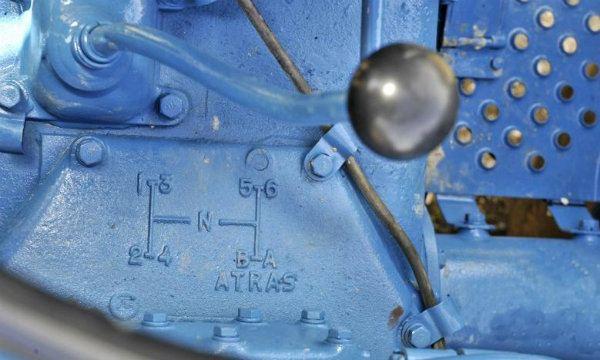 Palanca de cambio con el esquema de la transmisión de un Ebro Super 55