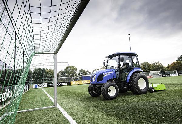 New Holland Boomer realizando tareas de mantenimiento de explotaciones deportivas