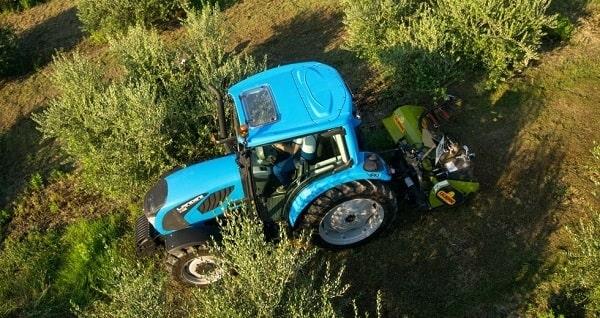 Tractor Landini trabajando entre olivos