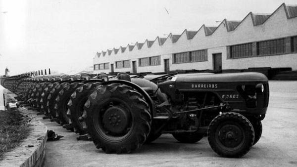 Tractores Barreiros R-350 S frente a la fábrica de Villaverde