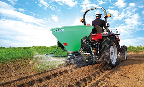 Tractor Mitsubishi Serie GS fertilizando