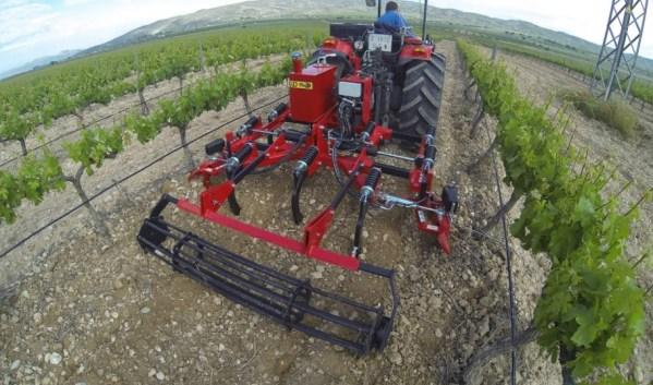 Cultivador en un viñedo