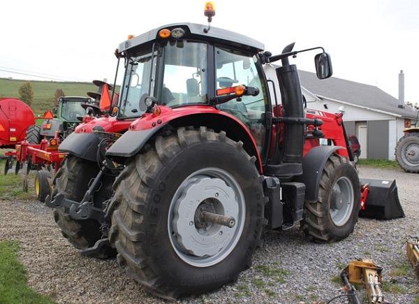Tractor con contrapesos en ruedas traseras