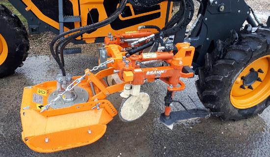 Detalle de acoplamiento de desbrozadora a tractor zancudo