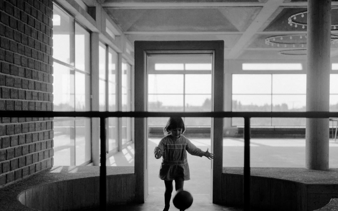 De stad in De Ochtend: Een kijkje in Aldo van Eycks Burgerweeshuis