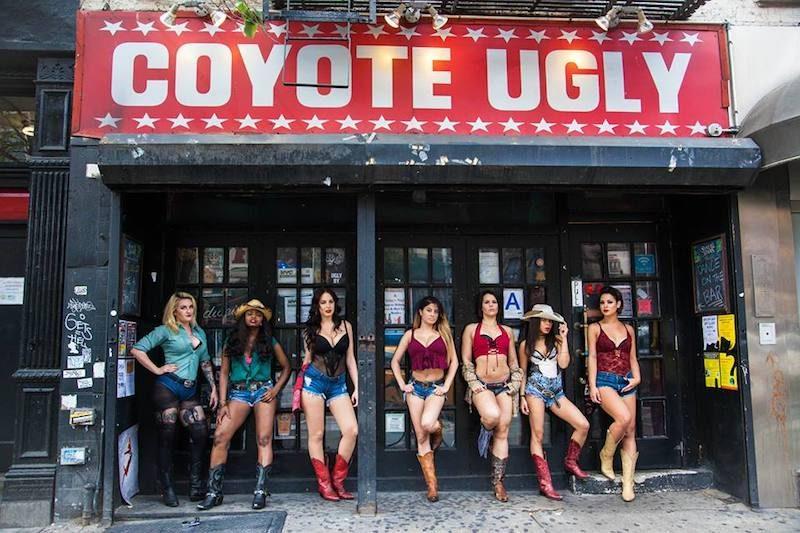 Entrada del Coyote Ugly. Foto via Facebook.