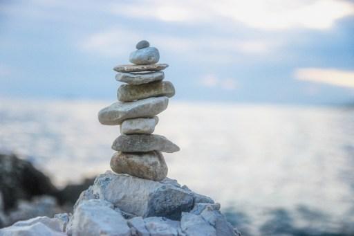 Canva-Stack-of-Gray-Stones-copia-1024x682 3 Metodi per Migliorare il Proprio Mindset