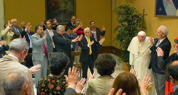Pope receives blessing from Protestant pastors