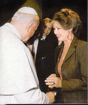 Juan Pablo II con Brigitte Bardot