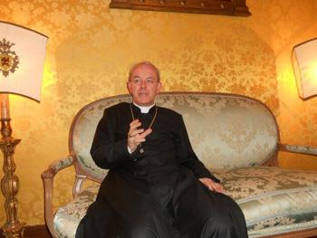 Obispo Schneider en la sede de la PTF en Brasil