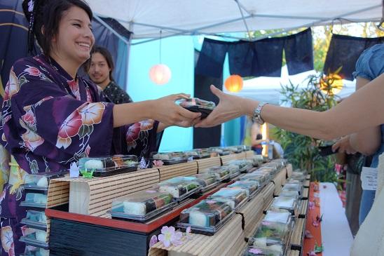 La distribuzione dei bento: foto tratta dal sito dell'Ambasciata del Giappone a Roma