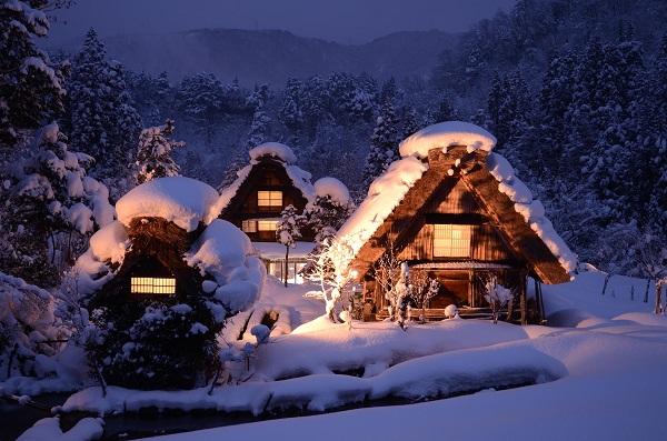 Illuminazione a Shirakawa-go. Foto tratta da japanican.com