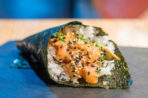 sushi-en-bici-madrid-tragaldabas-profesionales-temaki-salmon