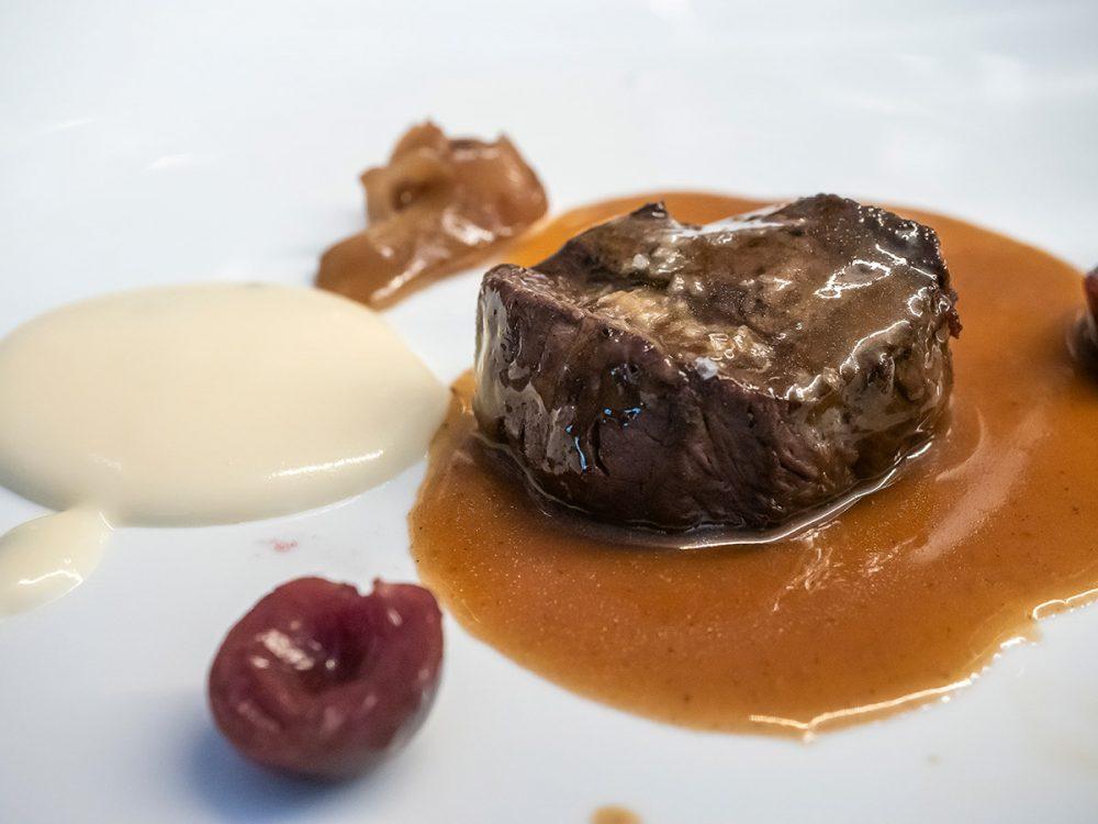 restaurante-efimero-madrid-gamo-a-la-bordalesa,-cereza-glaseada-y-shiitake-encurtido