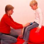 Phát triển cảm giác cho trẻ có hội chứng down: Phần 3: Các hoạt động phối hợp với quả bóng lớn