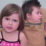 Cô bé 5 tuổi làm video clip tặng anh trai nuôi bị bệnh Down