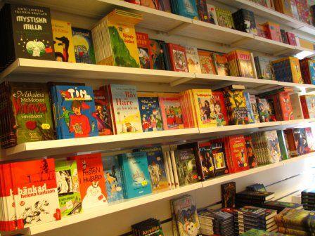 Półka z książkami dla dzieci starszych i młodzieży