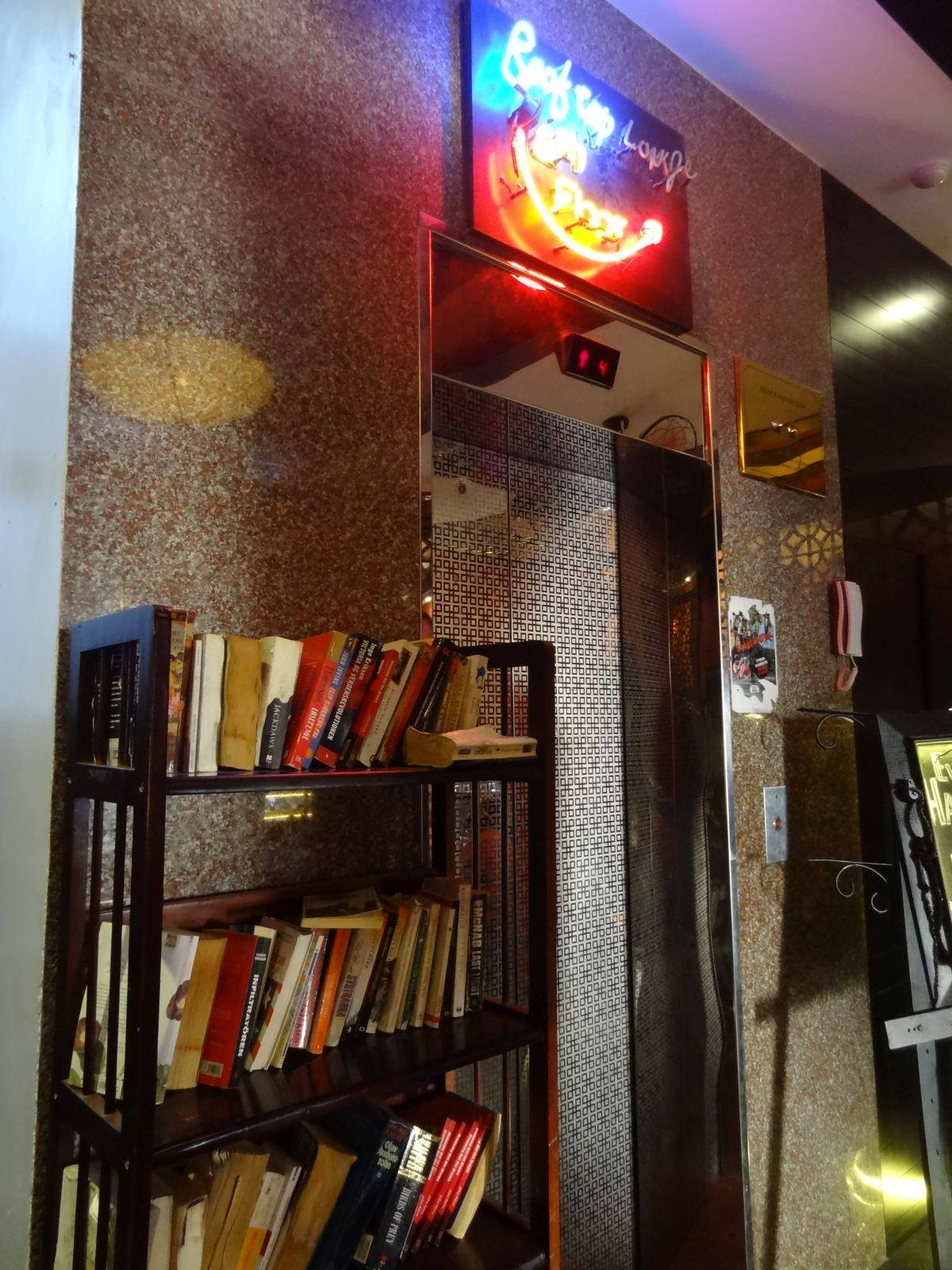Półka wymiany książek hotelu Havan Nha Trang
