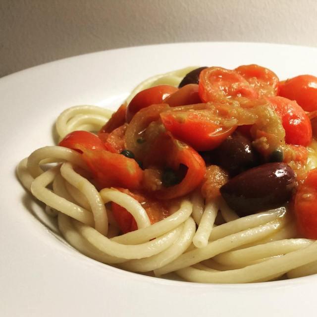 Buccatini och tomatss med oliver sardeller och kapris Medelhavsmat somhellip