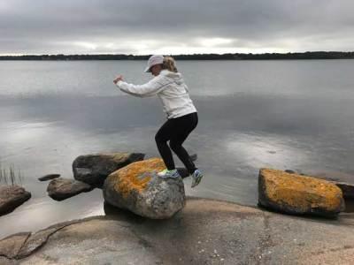 Step Up på stor sten intill vattnet.