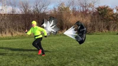 Ingrid springer med löparfallskärm.