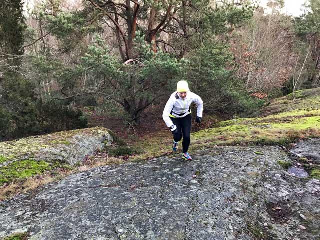 Löpning på en blöt och hal sten.