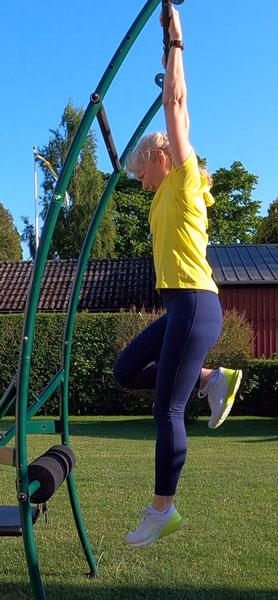 Löpning i luften hängandes i stång