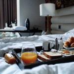 Como escolher um hotel com um bom serviço de quarto