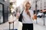 Mulher observando notificações do celular