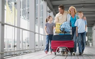 Família em um aeroporto