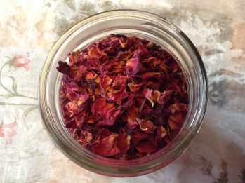 Rose petals, dried rose petal herbs, herbal medicine, alternative medicine, anti-inflammatory, herbs warms the heart