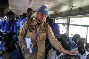 Kim Haugen på jobb som politi i Juba. Han hjelper med transport av skoleelever til FN-leiren hvor undervisningen og eksamenene foregår. Foto: UNMISS / Isaac Billy