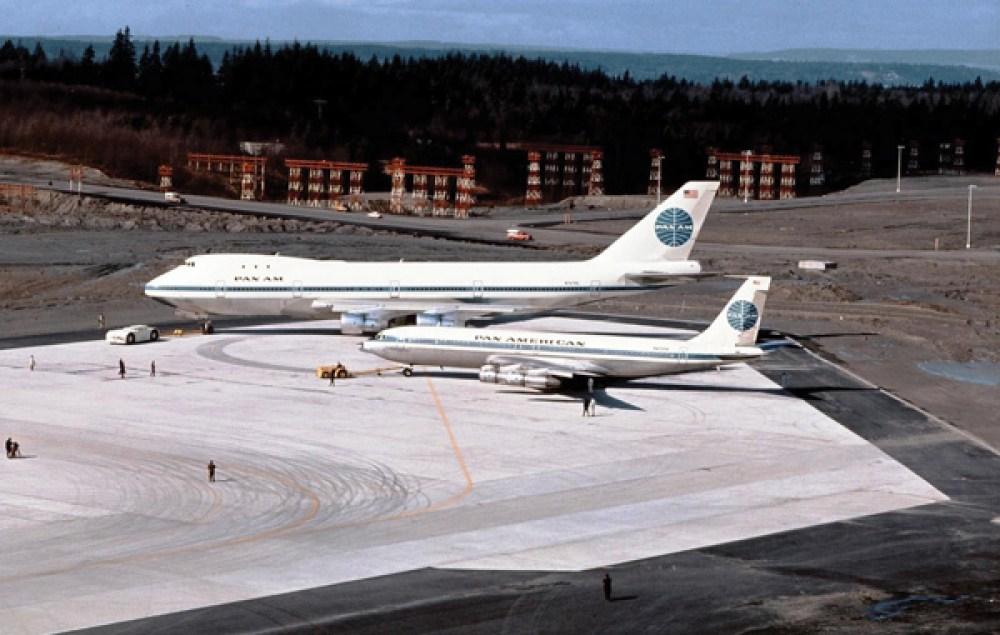Boeing 747 y Boeing 707 de Pan Am lado a lado. En esta foto, es posible observar la diferencia de tamaño entre ambas aeronaves.